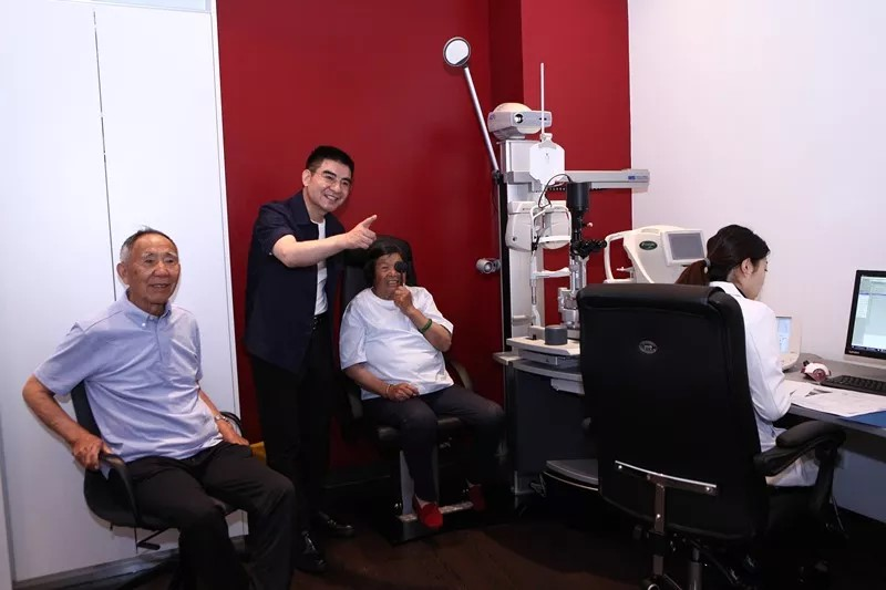 陈光标双亲徳视佳眼科治疗老花并为公益站台